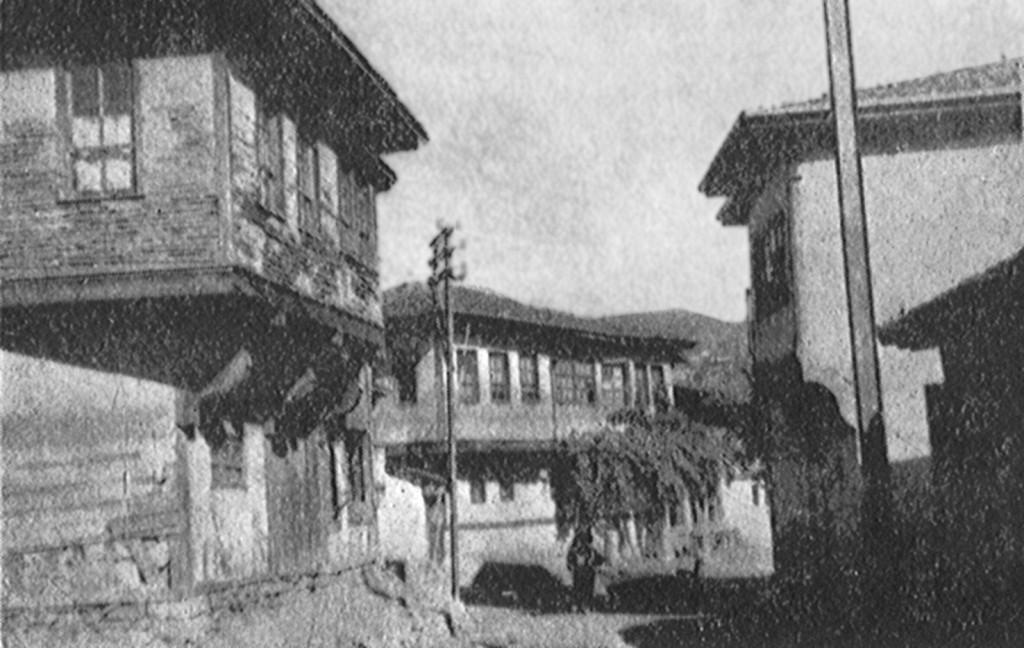 (Bedîüzzaman Said Nursî'nin Kastamonu'da sekiz sene karakolun göz hapsi altında ikamete mecbur edildiği ev (solda) ve karşısında polis karakolu (sağda).)